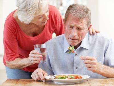 Dar de comer a ancianos