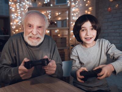 Anciano y niño jugando